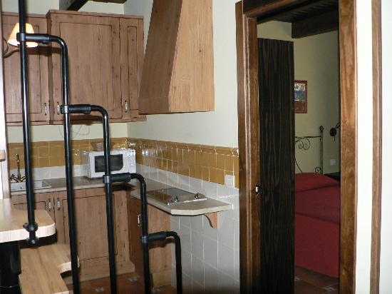 Encinar de Haldudo: Cocina, dormitorio y parte de la famosa escalera.