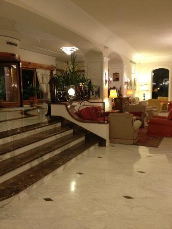 جراند هوتل أمبشاياتوري: Hotel lobby 