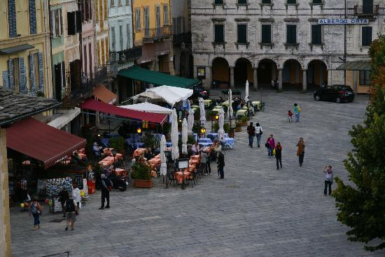 Hotel Leon d'Oro d'Orta : View of Piazza Motta. Each evening, Orta comes here for family promenades