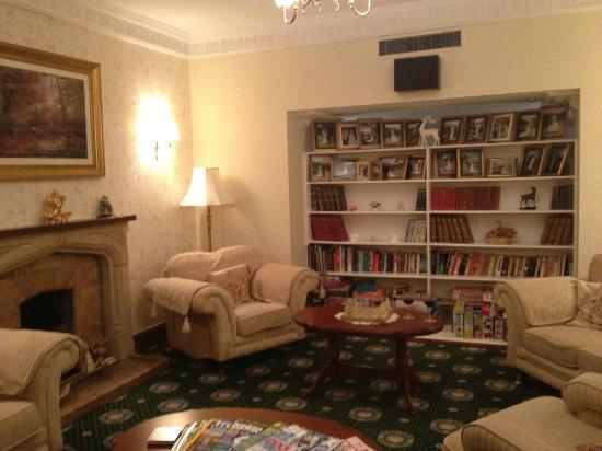 BEST WESTERN Glenspean Lodge: Lounge area with books, DVDs, chess