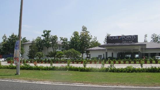 فور بوينتس باي شيراتون لانجكاوي ريزورت: hotel view from main road 