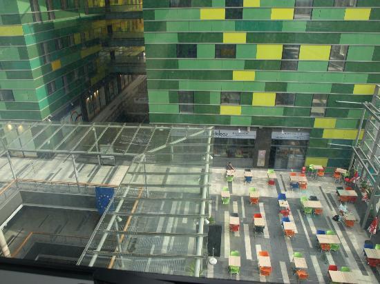 Comfort Hotel Centre Del Mon: Vue de la chambre sur le centre commercial