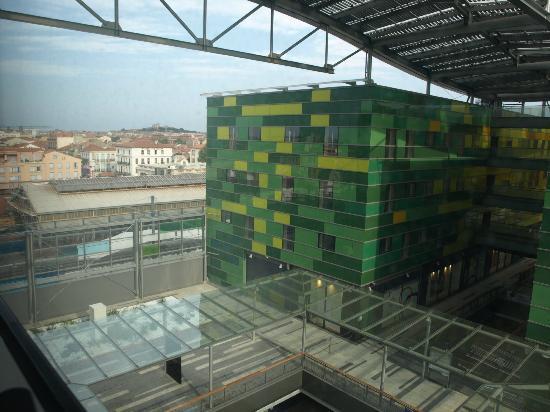 Comfort Hotel Centre Del Mon: Vue de la chambre sur le centre commercial et le centre ville
