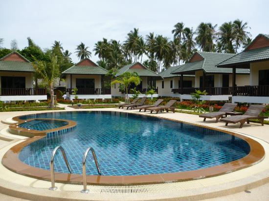 Phatcharee Resort: Pool area