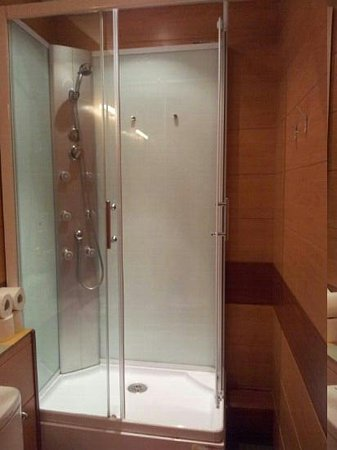 Barcelona Rooms: private bathroom in a double room