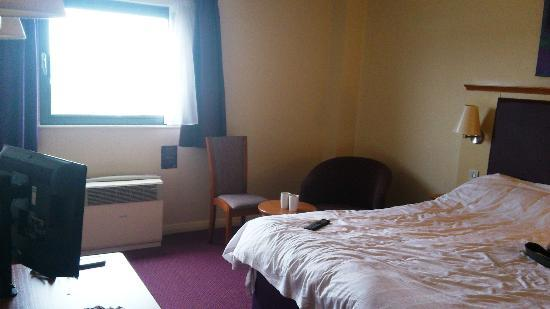 Premier Inn London Elstree / Borehamwood Hotel : Window, air conditioning unit, small table and armchair
