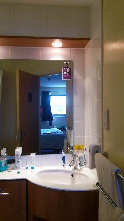 Premier Inn London Elstree / Borehamwood Hotel : Bathroom sink