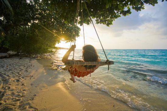 Kuramathi Island Resort : Beach area swing