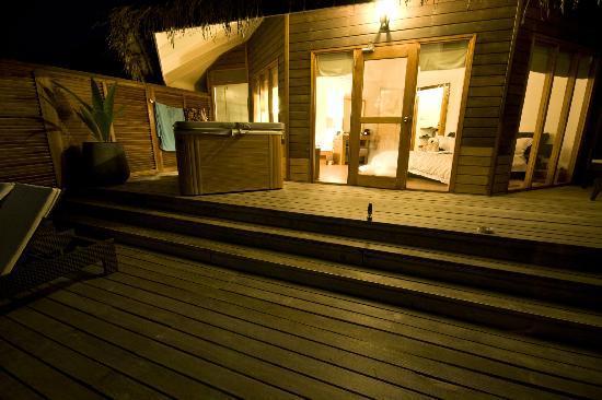 Kuramathi Island Resort : Jacuzzi water villa decking at night