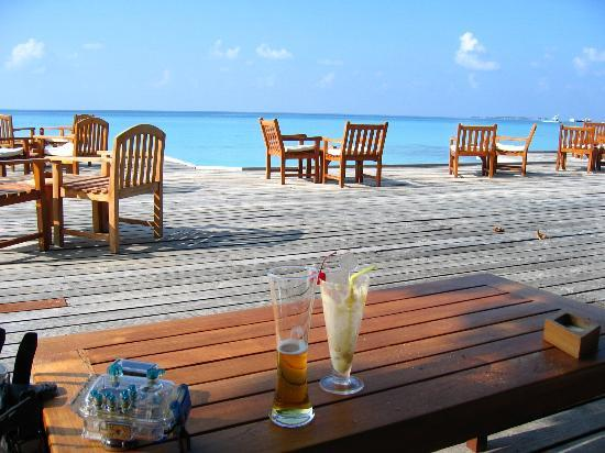 Kuramathi Island Resort : Bar area (middle bar ) at dive shop