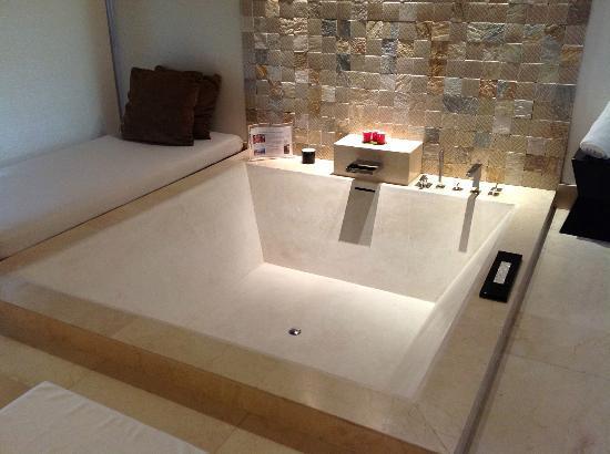 Dhevanafushi Maldives Luxury Resort Managed by AccorHotels: pretty big bath