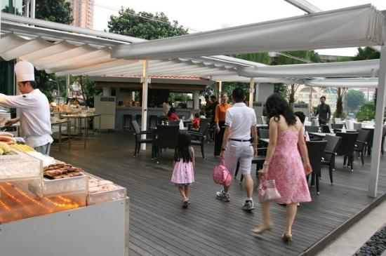 Park Hotel Clarke Quay: Cocobolo is the poolside bar and grill
