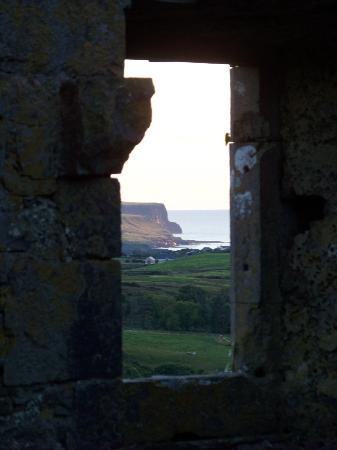 Ballinalacken Castle Country House: Sunset over the cliffs from inside the castle