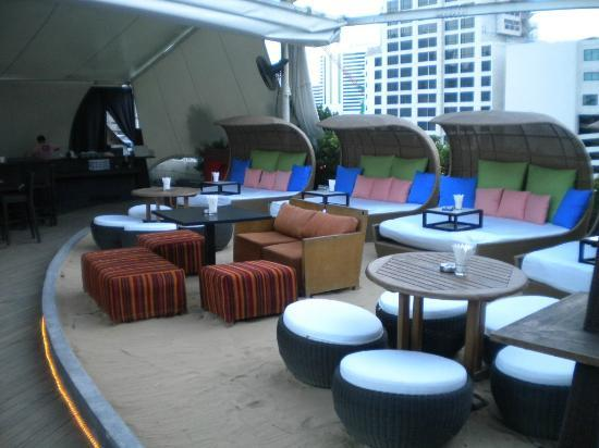 Le Fenix Sukhumvit: Rooftop Bar, highly recommended!