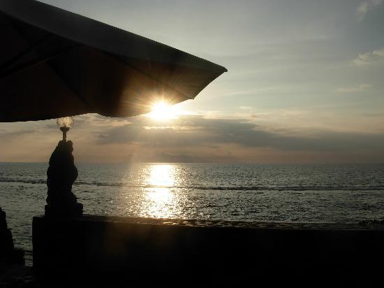 Puri Mas Boutique Resort & Spa: puesta de sol con vistas a Bali