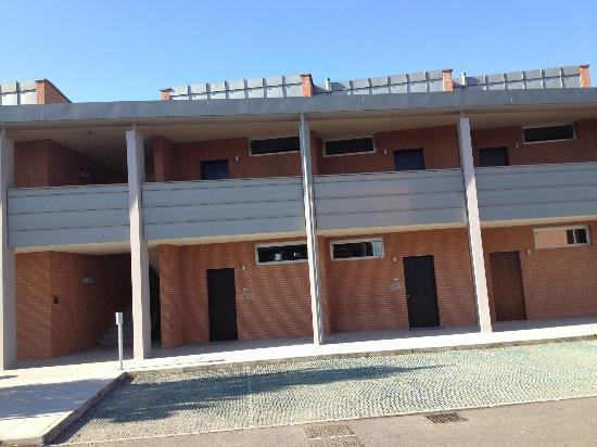 Real Fini Baia Del Re: il blocco esterno all'albergo sembra un blocco di loculi....