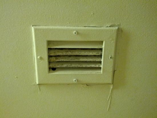 La Quinta Inn & Suites Pittsburgh North - McKnight: Fan above the toilet.