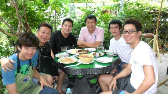 Baan Saraphi Coffee & Cuisine : หมึกแดงก็เคยมาครับ