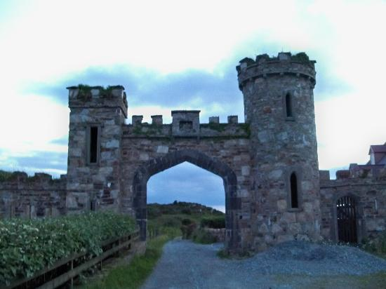 Hillside Lodge: The entry to the path to Clifden Castle