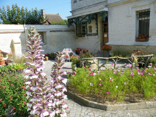 Petit Chateau De La Redoute Chambres d'Hotes: vue du jardin