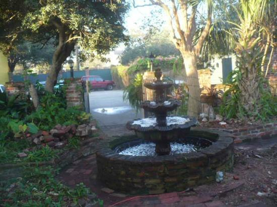 The New Orleans Jazz Quarters: Plesant music of the fountain relaxes you.