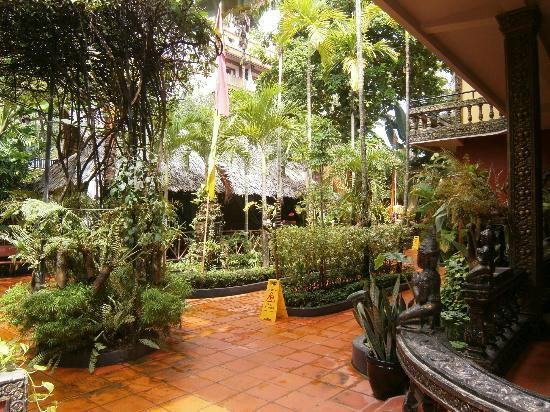 Bopha Siem Reap Boutique Hotel: Grounds