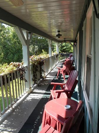 WeatherPine Inn: Porch area outside the rooms