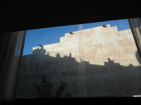 VIP Executive Éden Aparthotel: D'un coté le mur, de l'autre coté un plus joli bout de vue...
