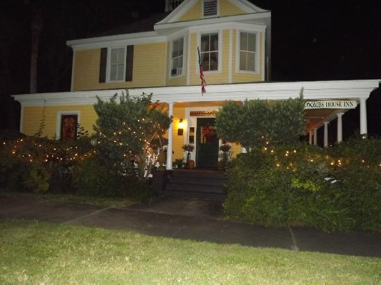 Coombs House Inn: Outside night view