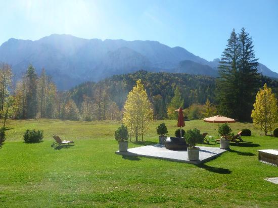 Schloss Elmau - Luxury Spa & Cultural Hideaway: Paix au jardin