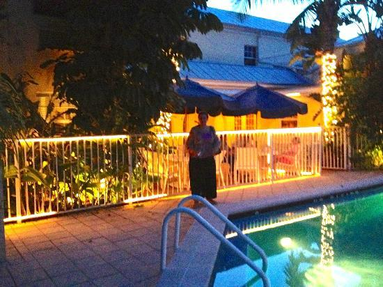 The Caribbean Court Boutique Hotel: Lovely in the evening.