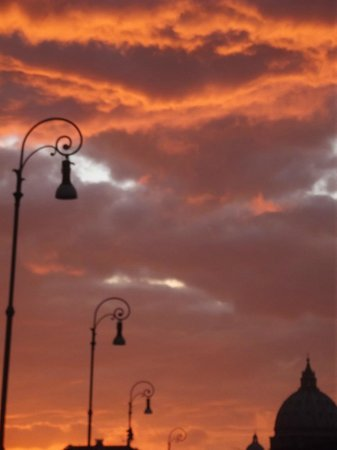 Antiqua Roma: evening sky banks of tiber round corner from hotrl
