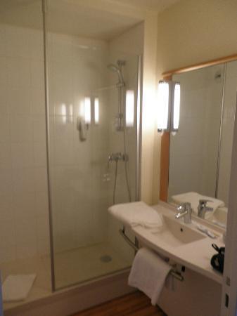 Ibis Dijon Gare : salle de bain