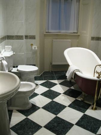 Channings Hotel: Superior bathroom