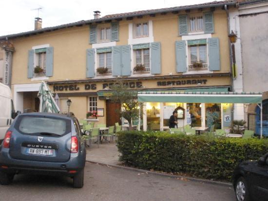 Hotel de France: vue de l'hôtel un jour de marché