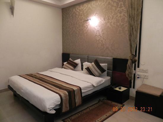 Hotel Delhi Aerocity: Nice Bedroom.