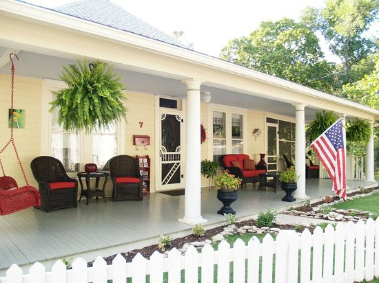 Red Bud Manor : Front Porch