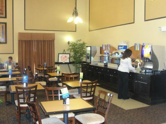 Holiday Inn Express & Suites Tampa USF-Busch Gardens: Breakfast Hall