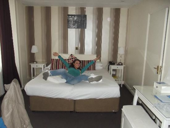 Umi London: questa sono io all'arrivo in hotel. :D questo è il letto matrimoniale, oltre a questo ce n'e