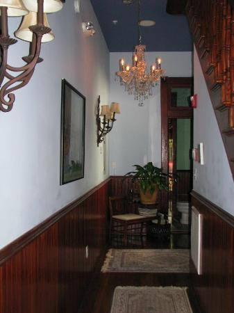 The Inn at 909 Lincoln: Front hallway