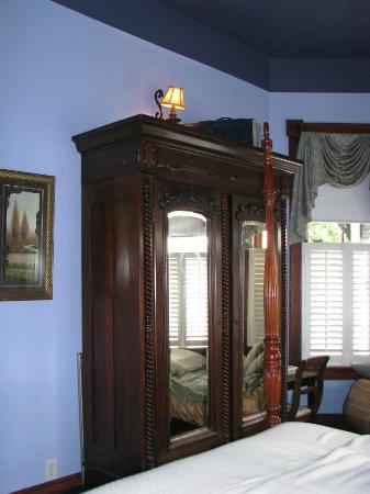 The Inn at 909 Lincoln: Armoire was at least 8 feet tall!