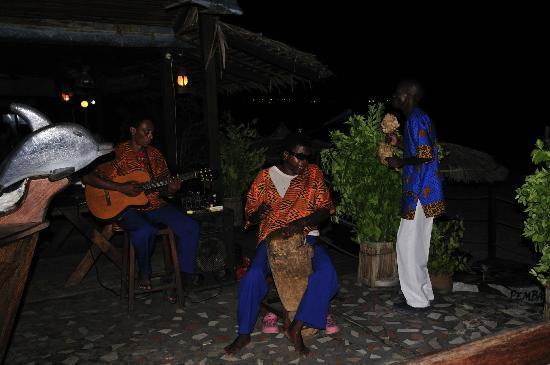 Pemba Dolphin: Grupo musical, vocalista cego no tambor, música africana fora de série.