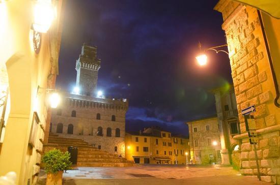 Agriturismo il Palazzo dei Diavoli: MOntepulciano at night