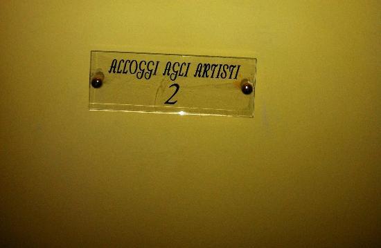 Hotel Agli Artisti: tabella posta al secondo piano