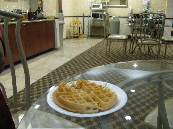BEST WESTERN Magnolia Inn and Suites: Hot waffle