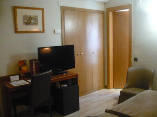 Hotel Catalonia Castellnou: Bedroom, TV with Sky, BBC, CNN, France24, Rai