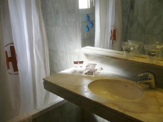 Hotel Catalonia Castellnou: Bathroom