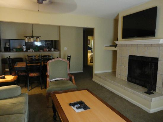 The Historic Powhatan Resort: Fireplace in living area