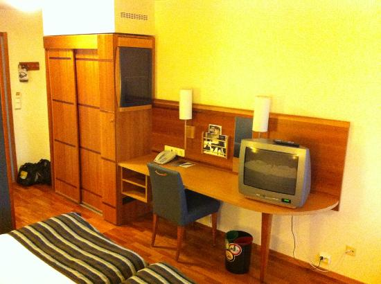 Scandic Crown: Room 540, desk