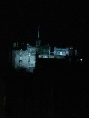 G&V Royal Mile Hotel Edinburgh: Perfect view of the castle lit up at night from the room